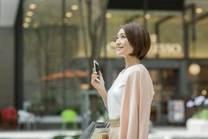 ショッピング楽しむ女性の写真素材 [FYI01736344]