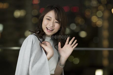 手を振って笑顔のビジネスウーマンの写真素材 [FYI01736349]
