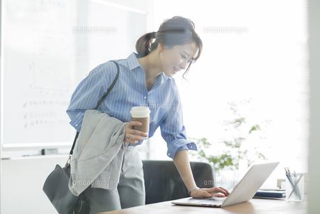 ノートパソコンを操作するビジネスウーマンの写真素材 [FYI01736352]