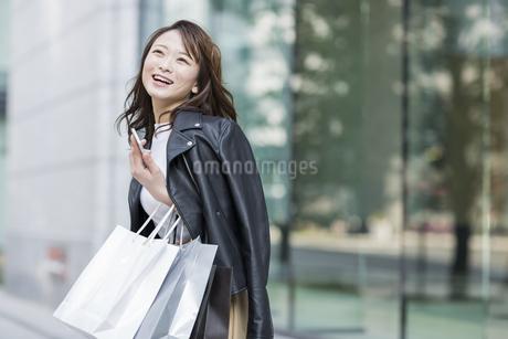 ショッピング楽しむ若い女性の写真素材 [FYI01736357]