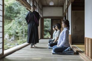 座禅をする3人の女性の写真素材 [FYI01736381]