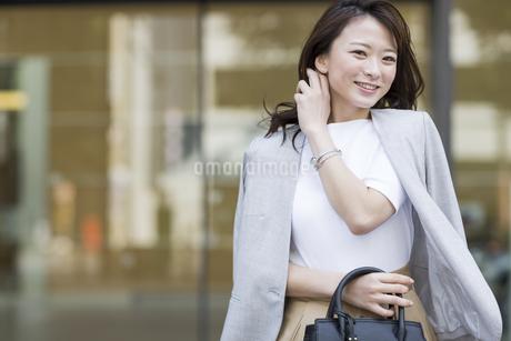 笑顔の若いビジネスウーマンの写真素材 [FYI01736399]