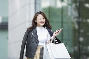 ショッピング楽しむ若い女性の写真素材 [FYI01736414]