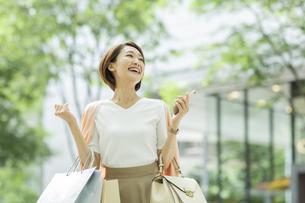 ショッピング楽しむ女性の写真素材 [FYI01736418]