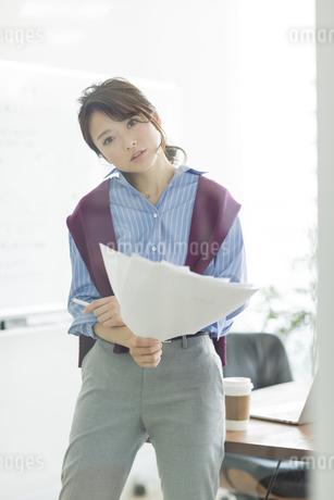 書類を持つビジネスウーマンの写真素材 [FYI01736425]