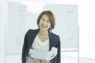 笑顔のビジネスウーマンの写真素材 [FYI01736431]