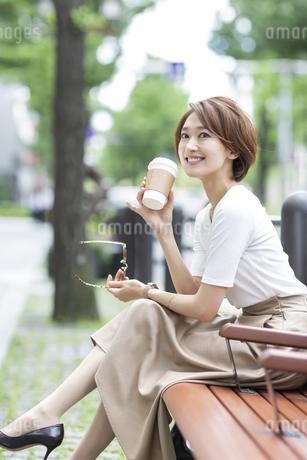 ベンチに座るビジネスウーマンの写真素材 [FYI01736436]