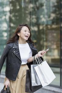 ショッピング楽しむ若い女性の写真素材 [FYI01736468]