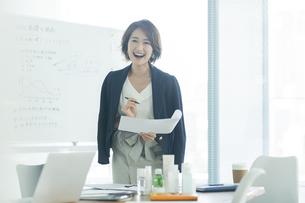 笑顔のビジネスウーマンの写真素材 [FYI01736475]