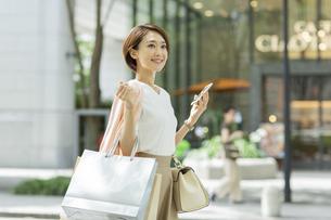 ショッピング楽しむ女性の写真素材 [FYI01736487]