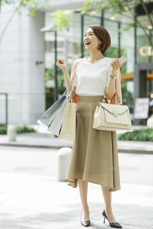 ショッピング楽しむ女性の写真素材 [FYI01736489]