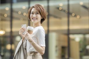 笑顔のビジネスウーマンの写真素材 [FYI01736512]