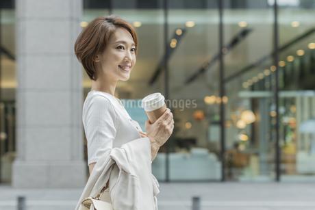 笑顔のビジネスウーマンの写真素材 [FYI01736518]