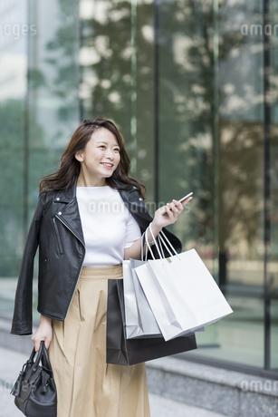 ショッピング楽しむ若い女性の写真素材 [FYI01736519]
