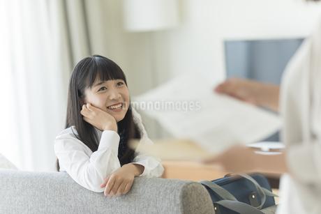 母親に成績表を見せる女の子の写真素材 [FYI01736527]