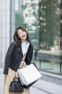 ショッピング楽しむ若い女性の写真素材 [FYI01736533]