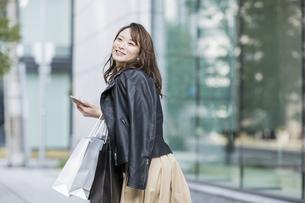 ショッピング楽しむ若い女性の写真素材 [FYI01736539]