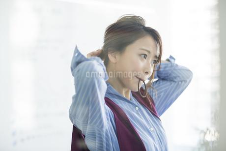 髪を結うビジネスウーマンの写真素材 [FYI01736573]