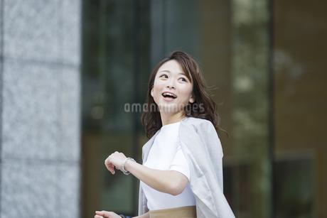 笑顔の若いビジネスウーマンの写真素材 [FYI01736581]