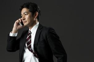 電話をするビジネスマンの写真素材 [FYI01736590]