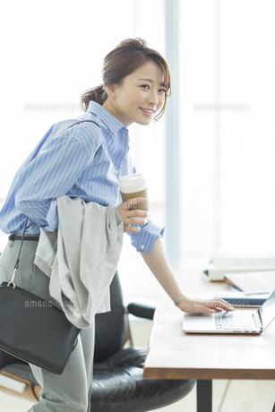 笑顔のビジネスウーマンの写真素材 [FYI01736626]