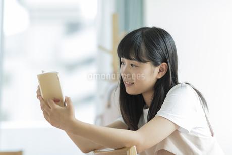 読書をする女の子の写真素材 [FYI01736697]