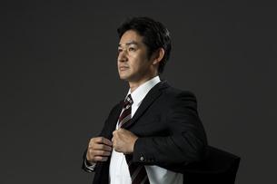 上着を羽織るビジネスマンの写真素材 [FYI01736707]