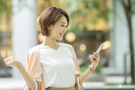 スマートフォンを見る女性の写真素材 [FYI01736710]