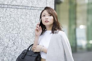 スマートフォンで通話をするビジネスウーマンの写真素材 [FYI01736727]