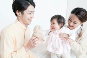 ママに抱っこされる赤ちゃんの写真素材 [FYI01736758]