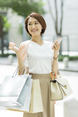 ショッピング楽しむ女性の写真素材 [FYI01736823]