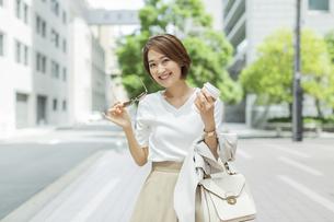 笑顔のビジネスウーマンの写真素材 [FYI01736830]