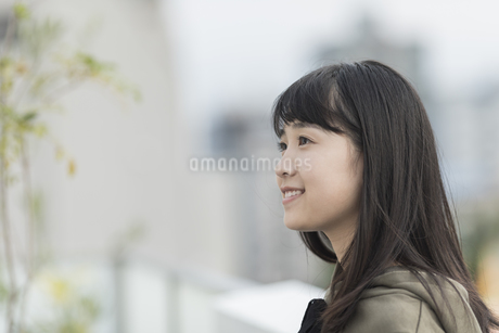 バルコニーで笑顔の女の子の写真素材 [FYI01736859]