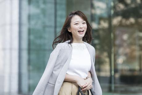 笑顔の若いビジネスウーマンの写真素材 [FYI01736867]