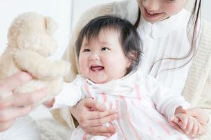 赤ちゃんと過ごす夫婦の写真素材 [FYI01736875]