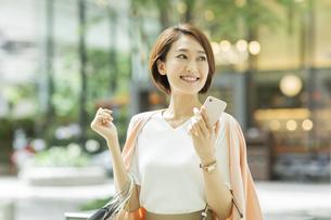 ショッピング楽しむ女性の写真素材 [FYI01736883]