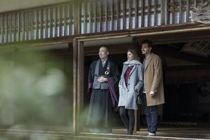 寺院を案内する住職と外国人の男女の写真素材 [FYI01736884]