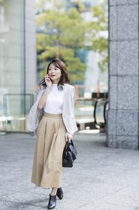 通話しながら歩くビジネスウーマンの写真素材 [FYI01736891]