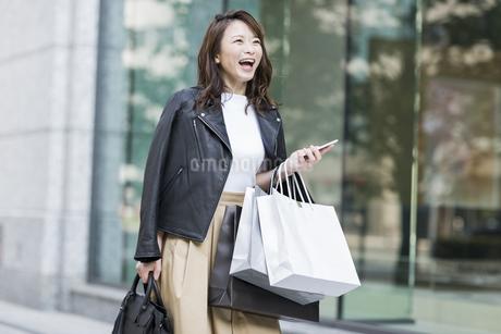 ショッピング楽しむ若い女性の写真素材 [FYI01736900]