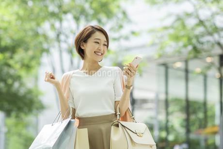 スマートフォンを見る女性の写真素材 [FYI01736907]
