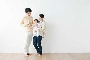 赤ちゃんと過ごす夫婦の写真素材 [FYI01736915]