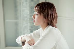 椅子に座る20代女性の横顔の写真素材 [FYI01736936]