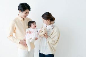 赤ちゃんと過ごす夫婦の写真素材 [FYI01736944]
