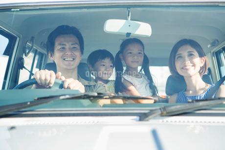 ドライブ中の笑顔の家族の写真素材 [FYI01736977]