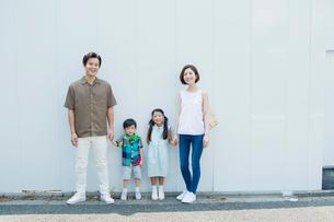 屋外に立つ笑顔の家族の写真素材 [FYI01736996]