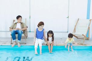 プールで遊ぶ笑顔の家族の写真素材 [FYI01737034]