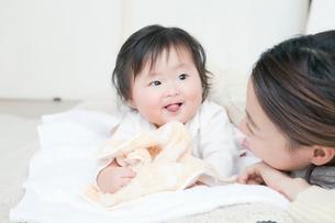 うつ伏せになる赤ちゃんの写真素材 [FYI01737039]
