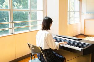 ピアノを演奏する女子高校生の写真素材 [FYI01737059]