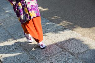着物を着て歩く女性の足元の写真素材 [FYI01737116]