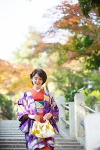 紅葉を楽しむ着物姿の30代女性の写真素材 [FYI01737158]